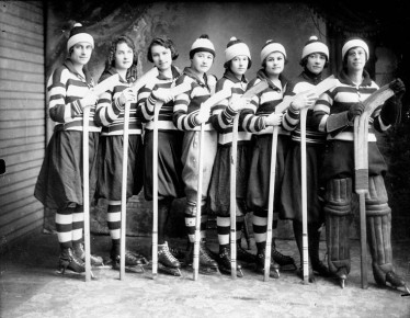 Girls_ice_hockey_team_1921